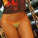 Andrea Rincon, Selena Spice Galeria 36 : Shakiras, Camiseta Negra Con Amarillo y Rojo, Tanga Amarilla y Naranja Foto 39