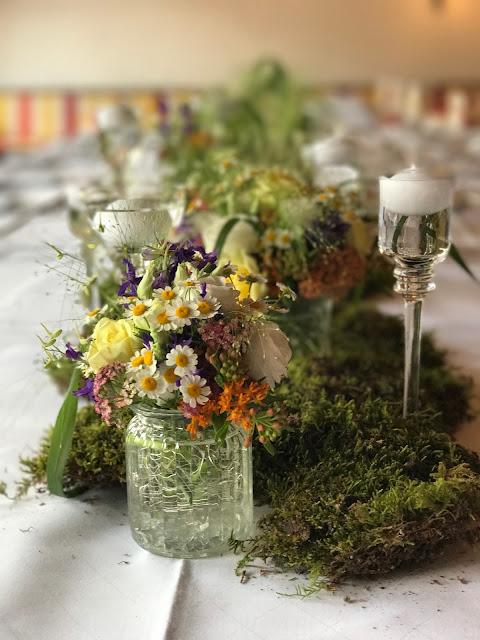 Tischdekoraiton Blumen und Moos, Bunte Wiesenblumenhochzeit im Riessersee Hotel Garmisch-Partenkirchen, heiraten in Bayern, zwei Bräute, Regenbogen
