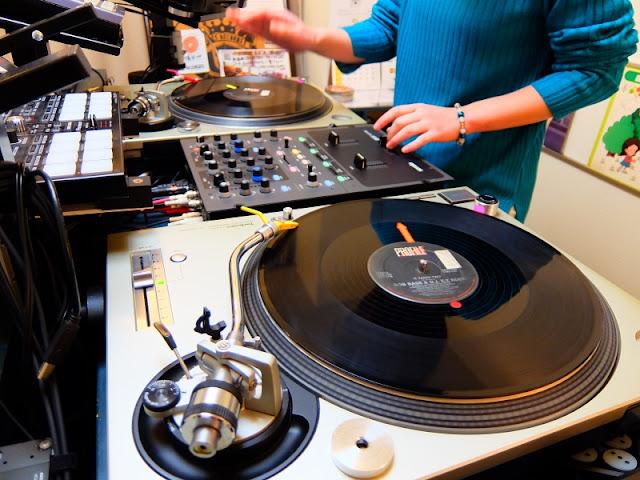バイブスレコードで毎朝、早朝に行っている朝活DJ教室の模様です。