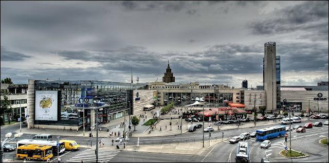 """Вторая половина 2000-х годов. Рига. Привокзальная площадь и здание ж/д вокзала в окружении торгового центра """"Ориго"""". Слева на фото видно то, что осталось от здания Главпочтамта, которое снесут в конце августа 2008 года."""
