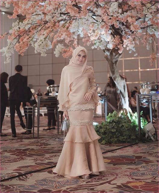 Outfit Baju Bridesmaid Berhijab Ala Selebgram 2018 abaya kebaya kain brokat satin lengan lebar hijab pashmina diamond ciput rajut krem wedges high heels wedges slingbags abu ootd outfit kondangan trendy