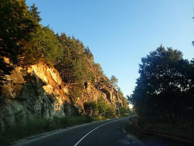 Droga (całkiem niezłej jakości) sprowadza nas z powrotem do doliny