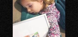 Όταν η Μαμά της την βρήκε να κοιμάται Αγκαλιά με μια κορνίζα, ξέσπασε σε λυγμούς. Ο λόγος; κάνει τον γύρο του διαδικτύου!