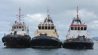 Hafenschlepper warten auf Arbeit