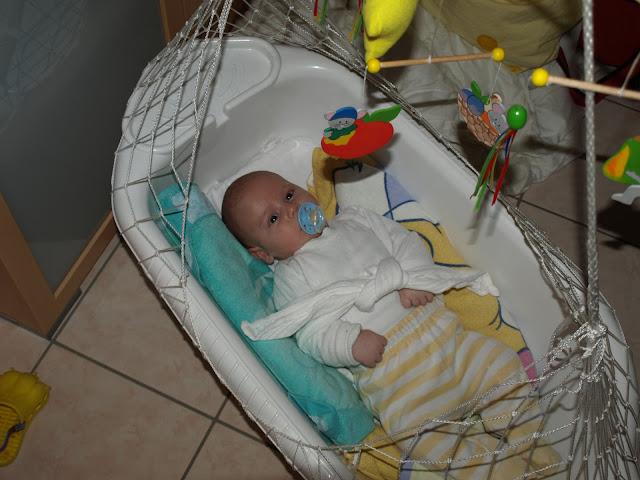 Baby in einer Federwiege