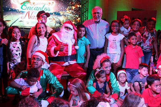 Papai Noel é recebido por centenas de crianças na praça da matriz em Delmiro Gouveia
