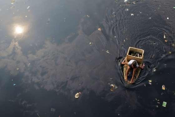Las aguas del Dharola corren negras