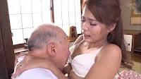 Bố chồng hiếp dâm con dâu trắng nõn xinh đẹp