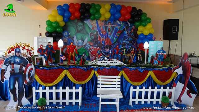 Decoração festa Super Heróis em mesa temática tradicional