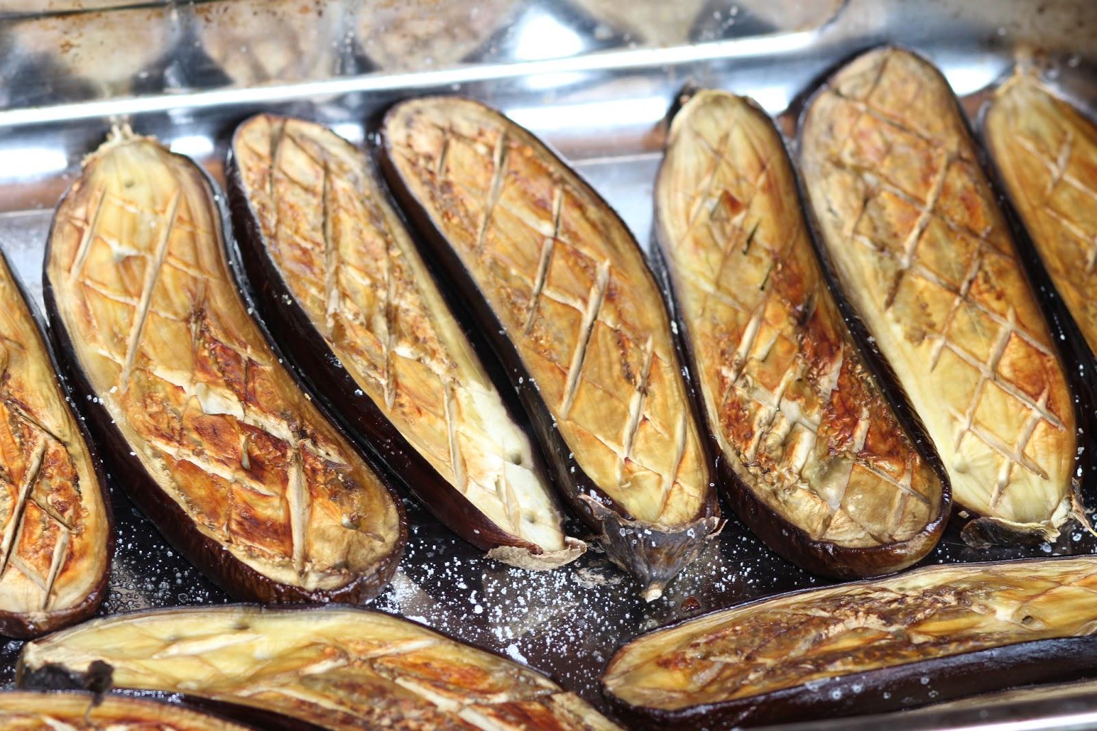 А для праздничного стола приготовьте баклажаны лодочки запеченные в духовке, баклажаны запеченные фаршированные или ну очень эффектные баклажаны веером, запеченные в духовке.