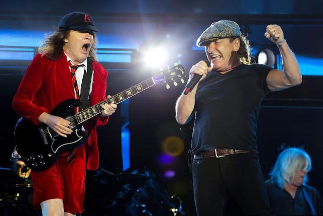 Angus Young (izq) y Brian Johnson (dcha.) del grupo de rock AC-DC