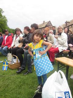 Dalila vaknade idag och tog direkt sin Heja Sverige klänningen på.  Egentligen är klänningen sytt för två år sen till Milena och har används  flyttande. 92e6980f0f318