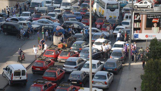 فوضى وازدحام بسبب إغلاق الطريق قرب جسر سيدي معروف بالبيضاء