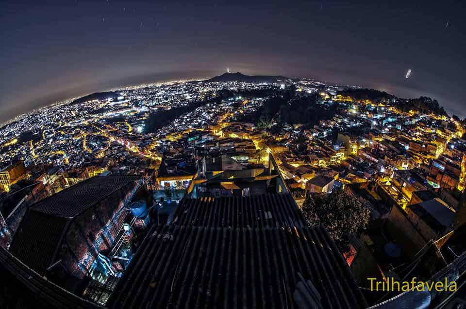 Foto noturna clicada a partir do elevado Parque Taipas, um dos lugares mais altos da cidade de São Paulo, limite entre a periferia e a mata da Serra da Cantareira. Foto: acervo Rogério / Trilha Favela