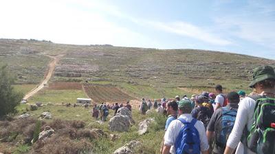 Israelenses percorrem locais históricos e reservas naturais