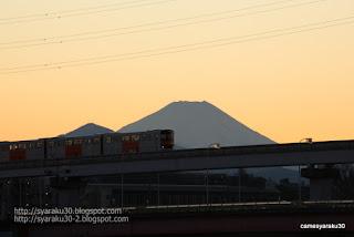 富士山を背に走るモノレール写真