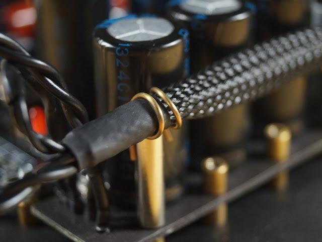 Крепеж выполенный с помощью элементов креплений внутренней проводки