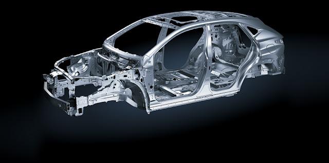 NX200t được trang bị cấu trúc thân xe giúp phân tán lực va chạm cho cả hành khách trong xe và bộ hành