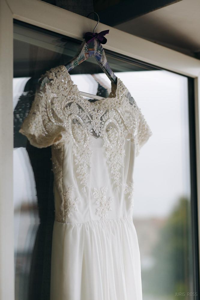 mežģīņu kāzu kleita