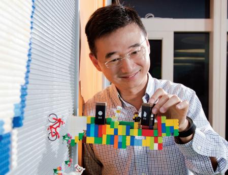 拓連科技董事長王景弘對今年底推出的Noodoe服務方塊充滿自信。