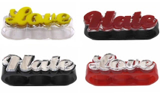 Diseño de anillo muy creativo e inusual con letras