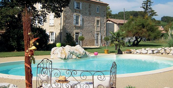 De belles courbes pour ces piscines sign es aquilus for Accessoire piscine valence