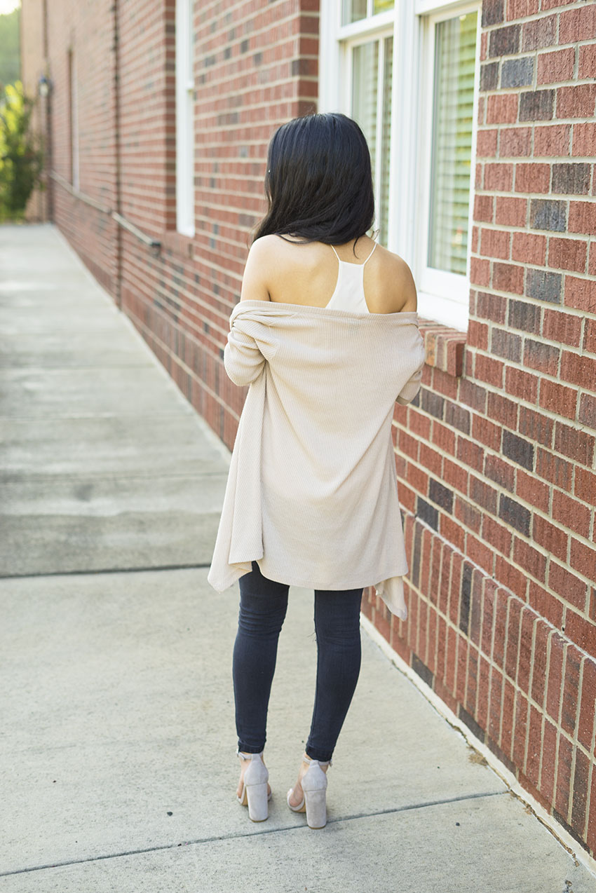 Black Ripped Jeans Outfit Ideas, Steve Madden Block Heel Sandals, Ribbed cream Cardigan OOTD