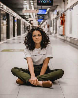 pose sentada en el metro