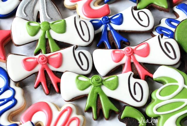 Decorated graduation cookies -- tutorial for a diploma