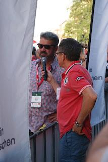 Manuel Andrack im Interview mit dem Moderator. Der Moderator hält ein Mikrofon in der Hand.