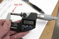 Bir mikrometre ile saç teli  kalınlığının ölçülmesi