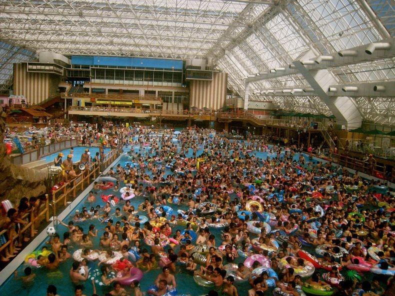 Hasil gambar untuk kolam renang raksasa cina