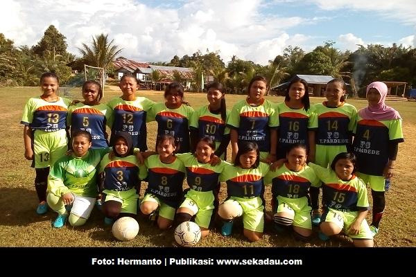 SEKADAU, Olahraga (Sepak Bola) - Sejak terbentuk sebulan yang lalu, tim sepak bola putri besutan Ir. Tumpal pardede bekerjasama dengan PSSI kabupaten sekadau terus saja berlatih dan berlatih.