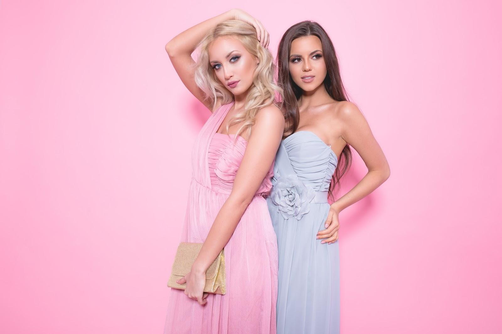 870756037778e Dla blondynki w wersji pudrowo-różowej a dla brunetki przybrudzony błękit.  Im prostszy fason - tym lepiej. Długie sukienki są coraz częściej  wybieranie ...
