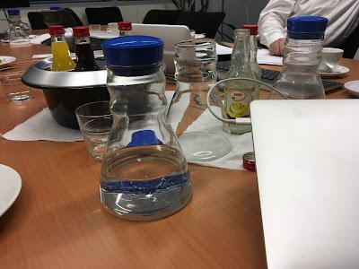 Tisch mit Getränken, Technik und Papier