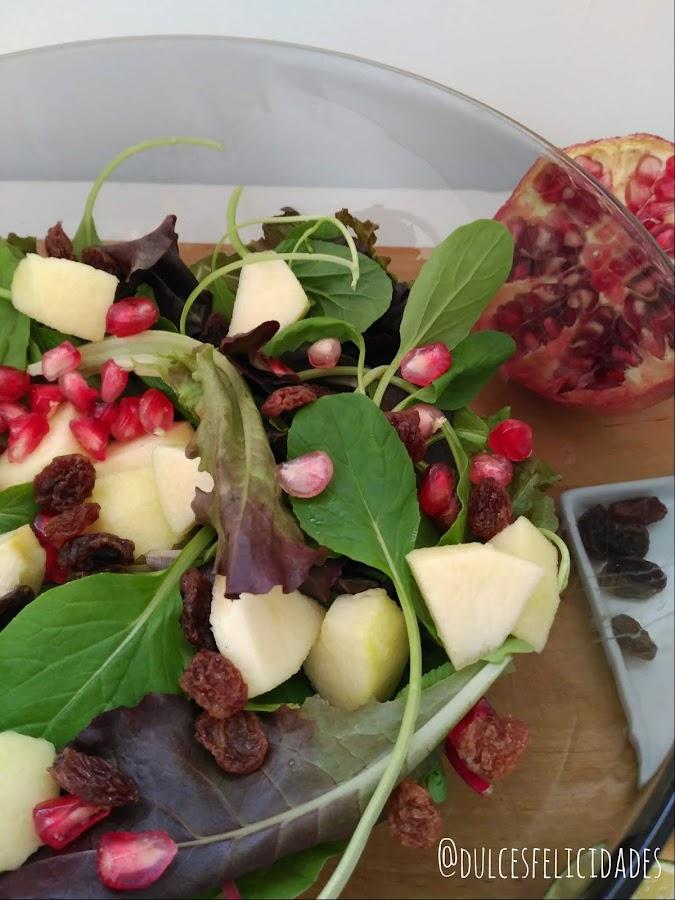 Ensalada de brotes, granada y manzana con vinagreta de lima