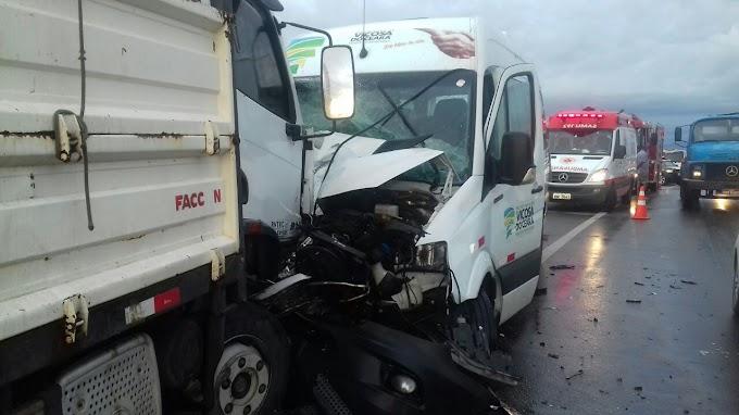 Colisão entre três veículos deixa um morto e seis feridos na BR-222