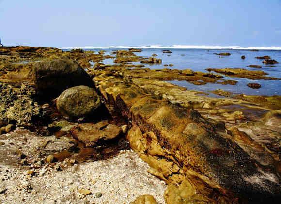 Hamparan Batuan di Pantai Karapyak (http://ghost-ships.blogspot.co.id/)