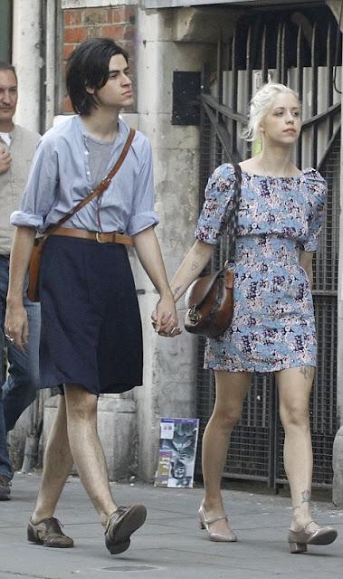 Mannen gaan rokken dragen: Man in rok,en vrouw in jurk