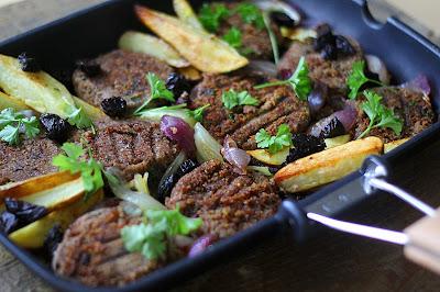 Vegane Laibchen mit karamellisierten Zwiebeln und Ofenkartoffeln