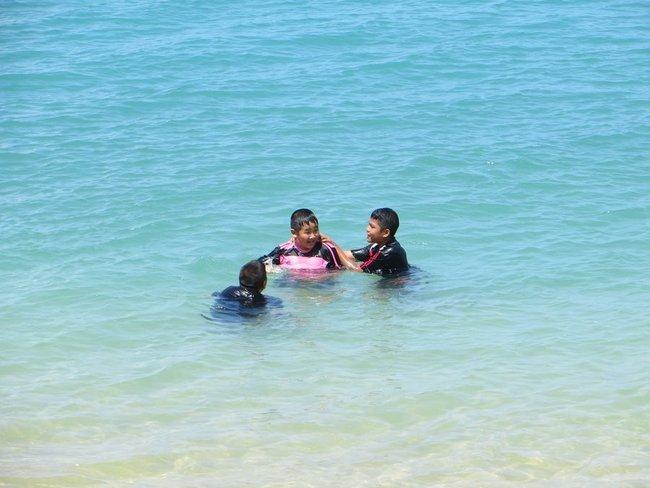 Тайские дети купаются в одежде