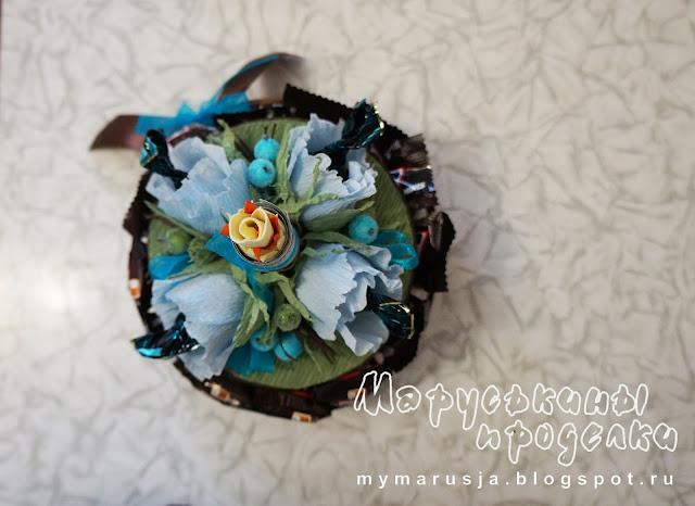 торт с цветами из конфет