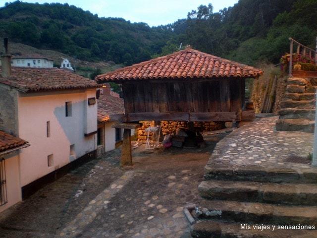 Hórreo en el pueblo de Tazones, Asturias