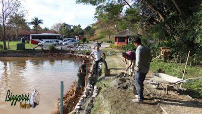 Bizzarri, da Bizzarri Pedras, visitando uma obra de um muro de pedra em Cotia-SP, sendo restauração do lago. 29 de maio de 2017.