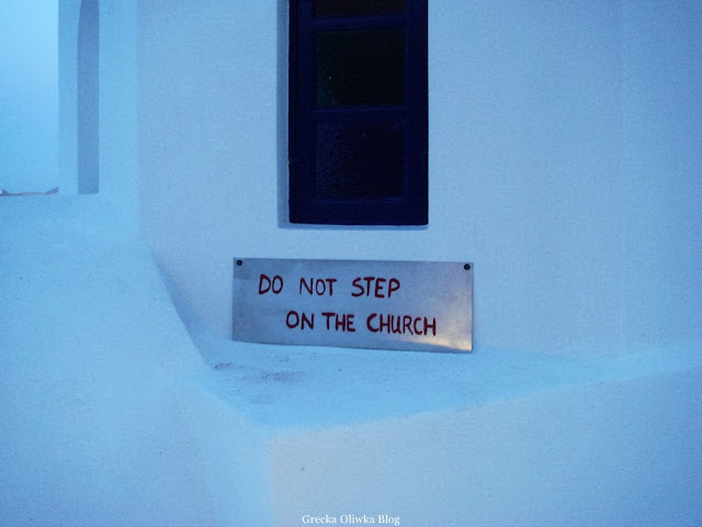 grecka biała cerkiew z napisem do not step on the church Santorini Grecja