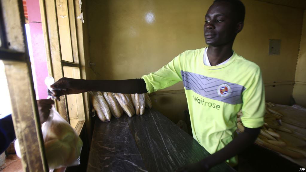 <Sudanese Hit by Bread Shortages as Currency Crunch Escalates