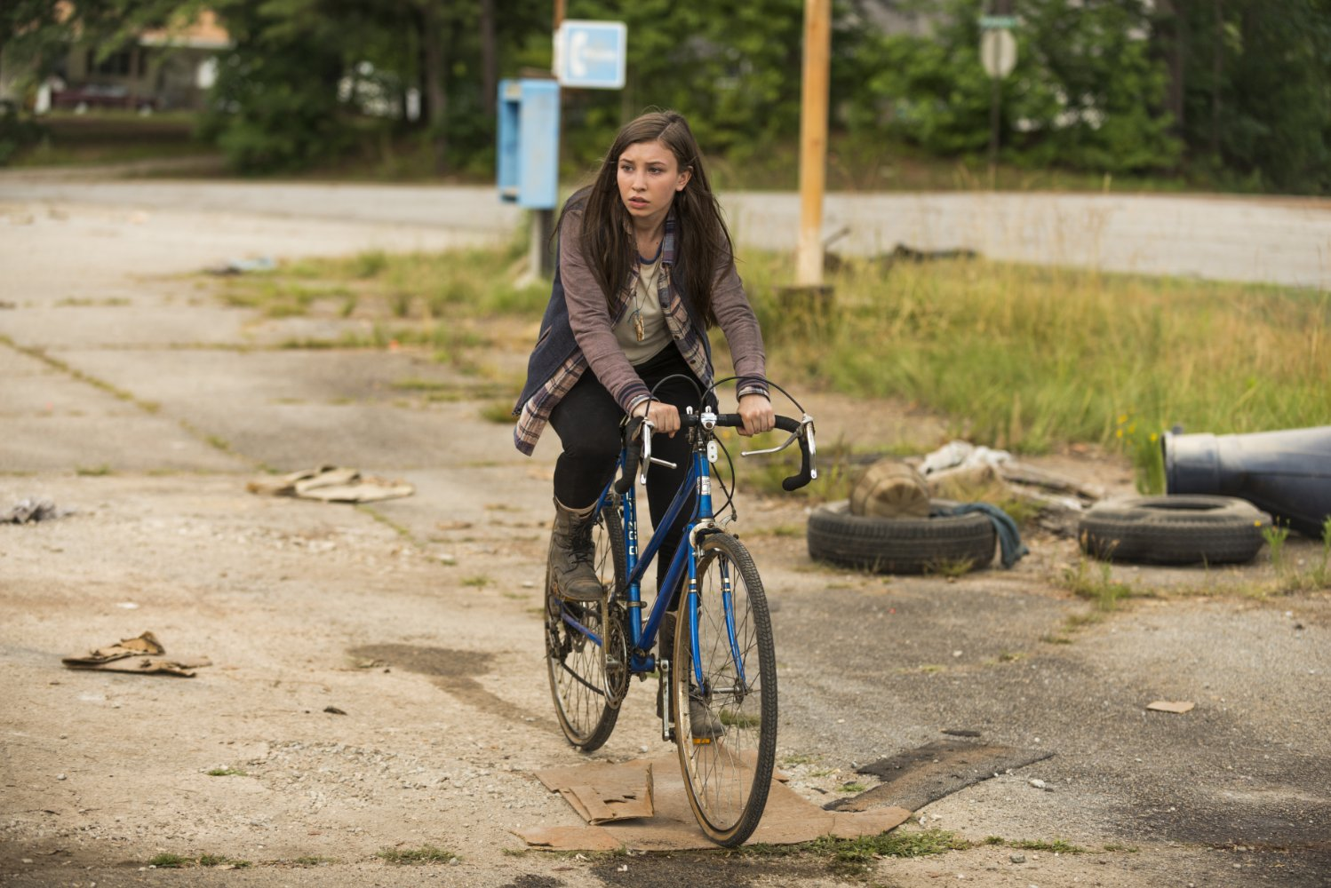 Enid monta en bicicleta en The Walking Dead Go Getters Hilltop