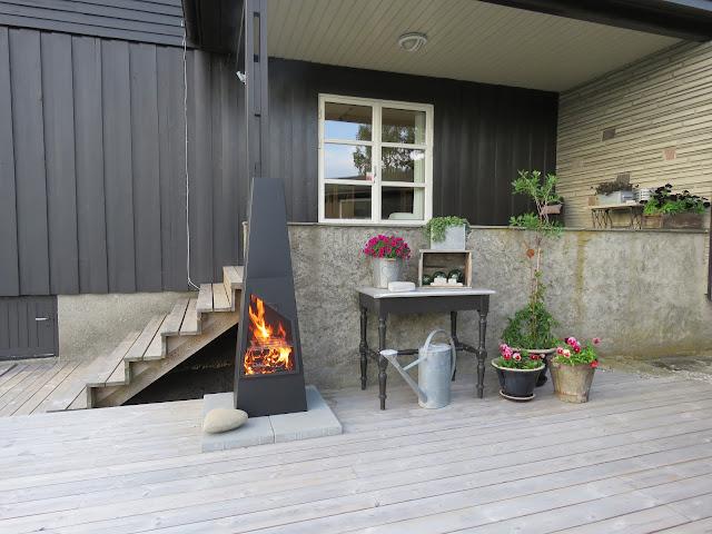 Utepeisen er tent og det er kos på terrassen i Furulunden