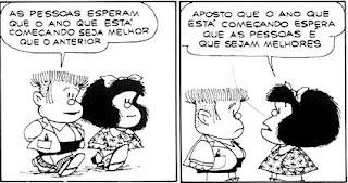 A tirinha em preto e branco apresenta a personagem Mafalda em dois quadros e falas em balões. Mafalda é uma personagem criada pelo cartunista Joaquin Salvador Lavado, mais conhecido como Quino. É uma menina inteligente, rebelde, contestadora e odeia: a injustiça, a guerra, as armas nucleares, o racismo, as absurdas convenções dos adultos e, obviamente, a sopa. Ela tem aproximadamente seis anos , a cabeça é maior do que o corpo em proporção, rosto redondo, cabelos pretos volumosos na altura dos ombros com um laço , olhos pequenos redondos, nariz levemente arrebitado e boca larga. Ela usa um vestido estampado com lacinhos,meias soquetes e sapatos pretos. Manolito, amigo de Mafalda é o filho de um comerciante, mais preocupado com os negócios e dinheiro do que com outra coisa, não gosta dos Beatles e é um estudante que tira notas baixas (menos em matemática, por causa das contas que aprende no mercado do pai). Representa o conservadorismo capitalista na obra, apenas pensando no lucro do armazém de seu pai. Também adora inflações dos preços, pois assim acha que está lucrando. Manolito também tem a cabeça maior do que o corpo em proporção, rosto retangular, cabelos espetados no alto e raspados nas laterais, olhos e nariz pequenos e boca larga. Ele usa casaco sobre camisa, bermuda preta, meias soquetes e sapatos. Descrição: Quadro um:Mafalda e Manolito caminham lado a lado. Ele diz: As pessoas esperam que o ano que está começando seja melhor que o anterior. Quadro dois: Mafalda vira-se, fica frente a frente com Manolito e responde: Aposto que o ano que está começando espera que as pessoas é que sejam melhores. Fim da descrição. Feliz 2017 para toda galera que fez do nosso 2016, um ano muito feliz! Abs Marcia e Marisa