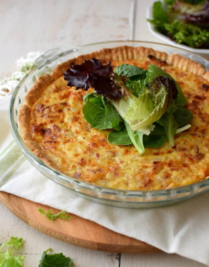 Quiche de queso suizo, cebolla y tocineta, ideal para el brunch o una comida ligera, acompáñelo con una ensalada verde